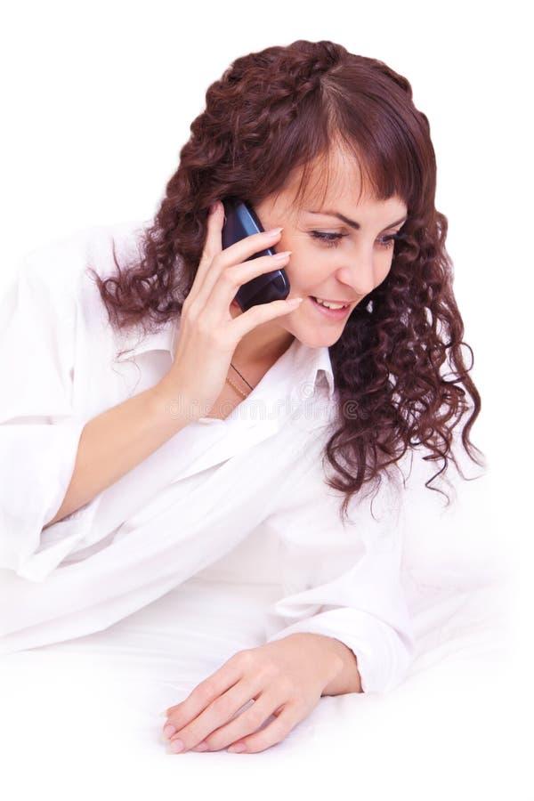 Όμορφη νέα γυναίκα brunette που μιλά από κινητό στοκ φωτογραφία με δικαίωμα ελεύθερης χρήσης