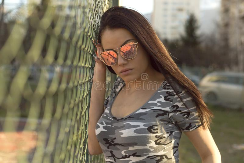 Όμορφη νέα γυναίκα brunette που φορά τα μοντέρνα θερινά ενδύματα στοκ φωτογραφία με δικαίωμα ελεύθερης χρήσης