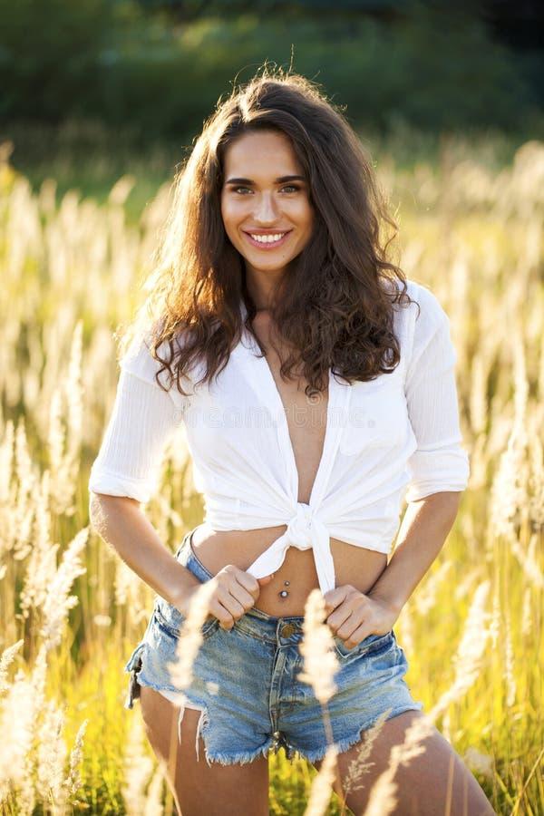 Όμορφη νέα γυναίκα brunette στην επαρχία στοκ εικόνες
