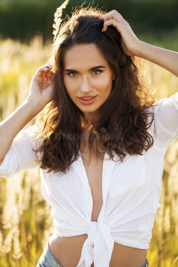 Όμορφη νέα γυναίκα brunette στην επαρχία στοκ εικόνα