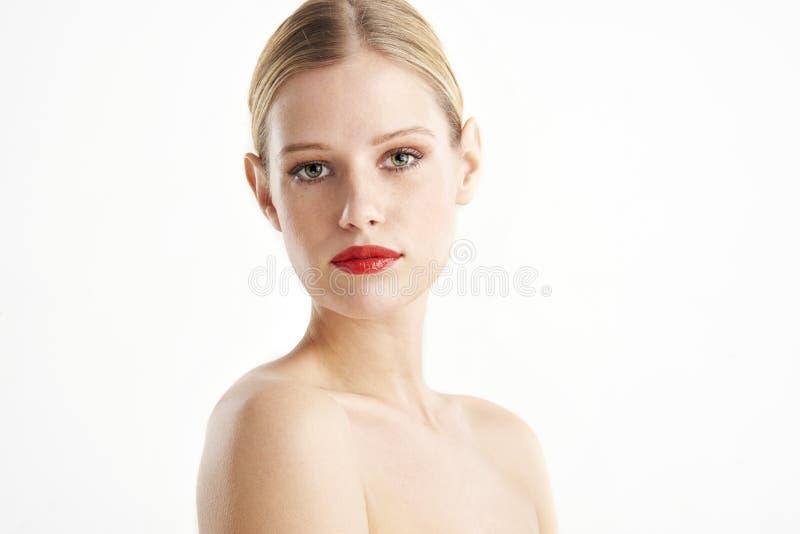Όμορφη νέα γυναίκα headshot με το κόκκινο κραγιόν στοκ εικόνα