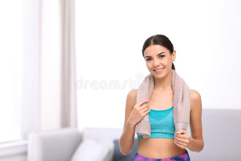 Όμορφη νέα γυναίκα sportswear με την πετσέτα στο εσωτερικό στοκ φωτογραφίες με δικαίωμα ελεύθερης χρήσης