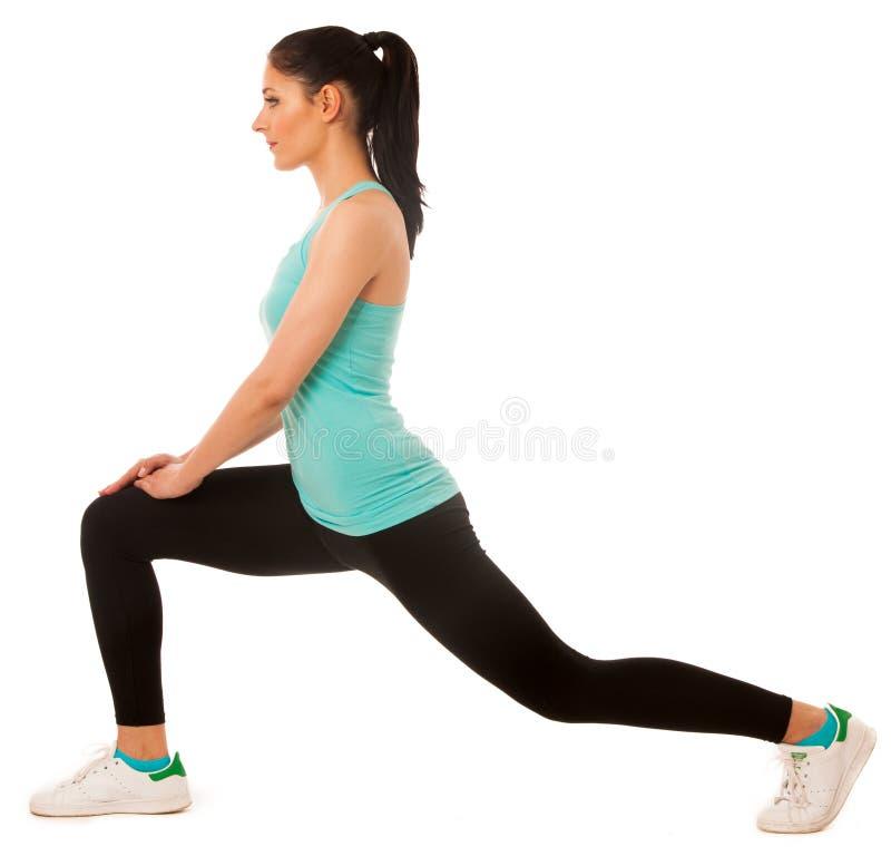 Όμορφη νέα ισπανική γυναίκα που κάνει lunge την άσκηση στην ικανότητα γ στοκ φωτογραφίες με δικαίωμα ελεύθερης χρήσης