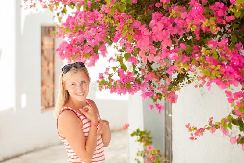 Όμορφη νέα κυρία κοντά στα λουλούδια στοκ φωτογραφίες