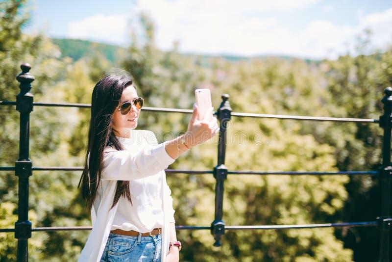 Όμορφη νέα κυρία που παίρνει ένα selfie στοκ εικόνα