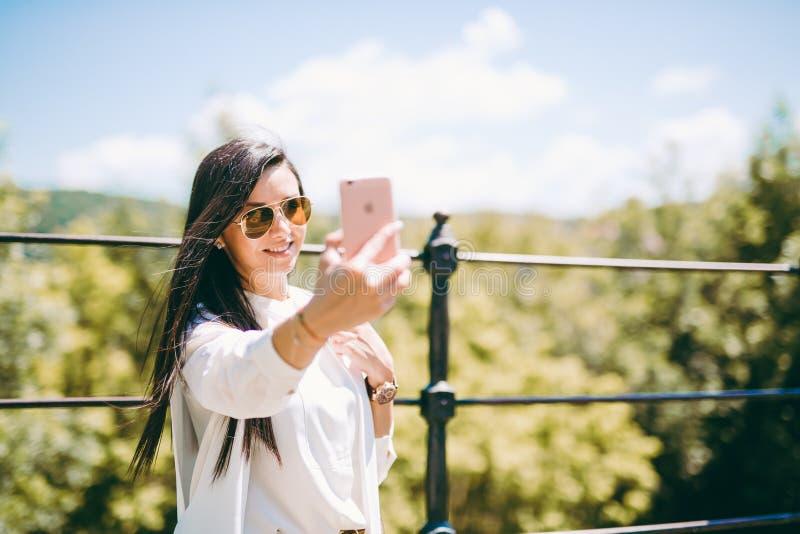 Όμορφη νέα κυρία που παίρνει ένα selfie στοκ εικόνα με δικαίωμα ελεύθερης χρήσης