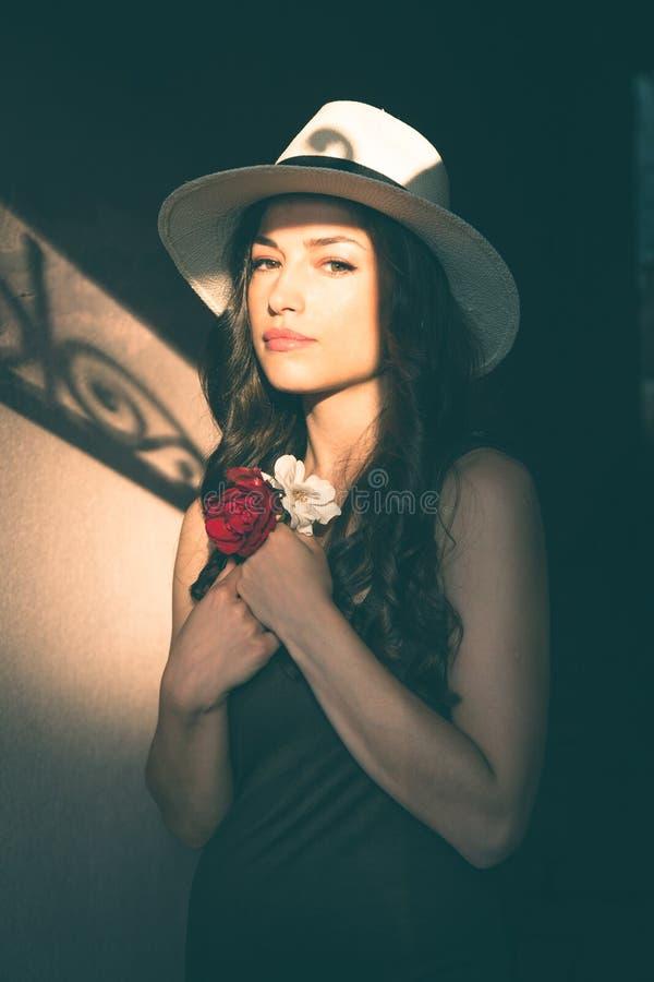 Όμορφη νέα λατίνα γυναίκα με το πορτρέτο καπέλων του Παναμά στοκ εικόνες με δικαίωμα ελεύθερης χρήσης