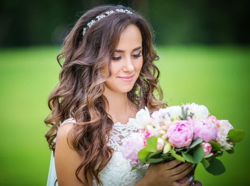 Όμορφη νέα νύφη με τα λουλούδια στοκ φωτογραφία με δικαίωμα ελεύθερης χρήσης