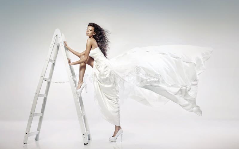 Όμορφη νέα νύφη που κρατά τη σκάλα στοκ εικόνες