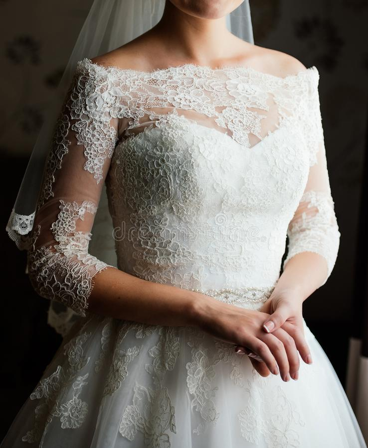 Όμορφη νέα νύφη στο άσπρο φόρεμα που περιμένει το νεόνυμφο στο εσωτερικό Κομψή γοητευτική νέα νύφη brunette που θέτει στο εσωτερι στοκ φωτογραφία με δικαίωμα ελεύθερης χρήσης