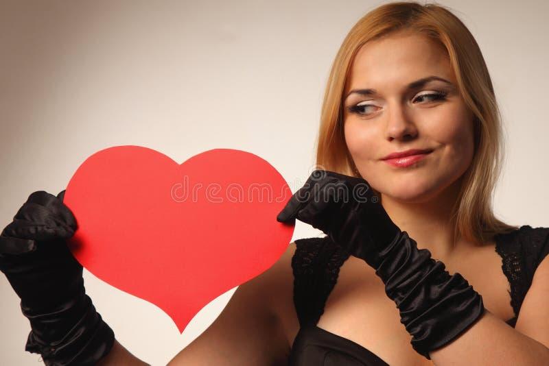 Όμορφη νέα ξανθή γυναίκα που κρατά το κόκκινο αρσενικό ελάφι στοκ φωτογραφία με δικαίωμα ελεύθερης χρήσης
