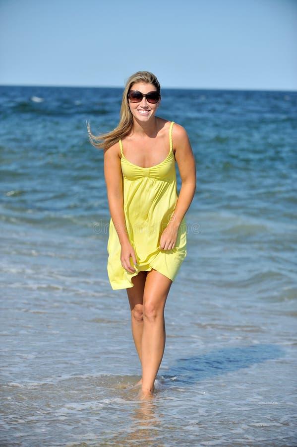 Όμορφη νέα ξανθή γυναίκα στα sundress στην παραλία στοκ εικόνες