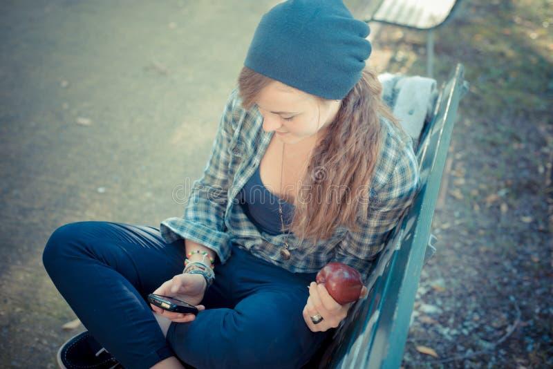Όμορφη νέα ξανθή μοντέρνη γυναίκα hipster στοκ φωτογραφία