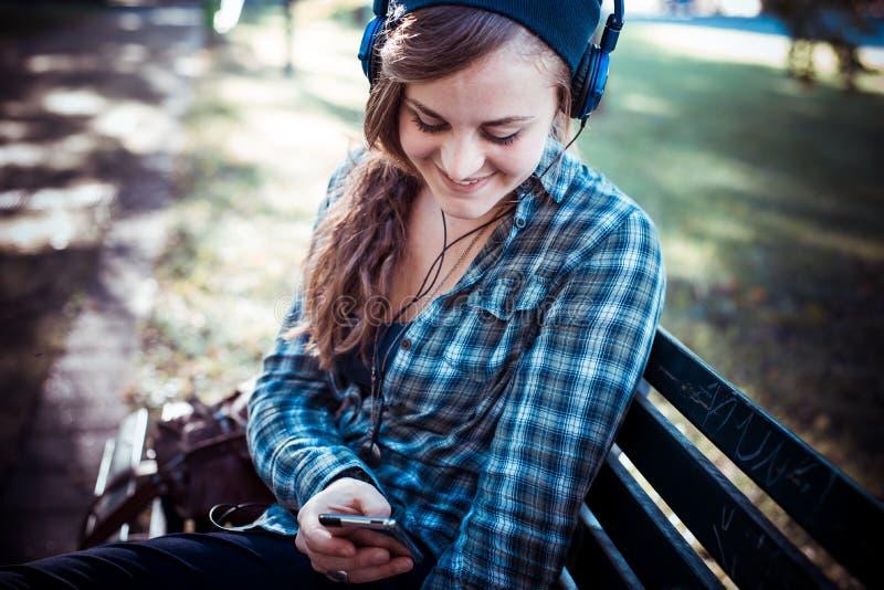Όμορφη νέα ξανθή μουσική ακούσματος γυναικών hipster στοκ εικόνες με δικαίωμα ελεύθερης χρήσης