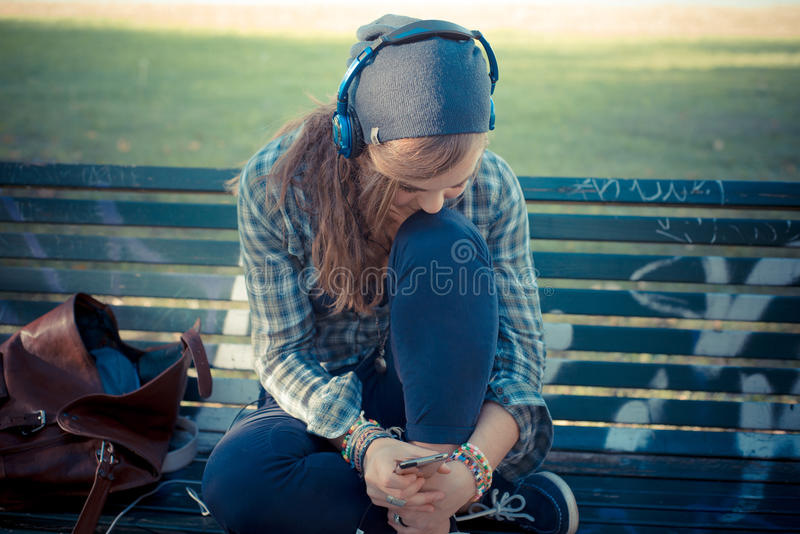 Όμορφη νέα ξανθή μουσική ακούσματος γυναικών hipster στοκ φωτογραφία με δικαίωμα ελεύθερης χρήσης