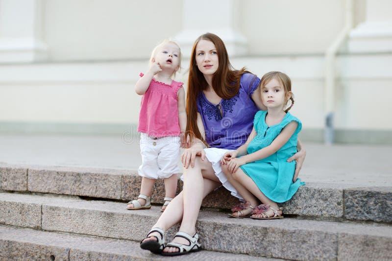 Όμορφη νέα οικογένεια που έχει τη διασκέδαση στοκ εικόνα με δικαίωμα ελεύθερης χρήσης