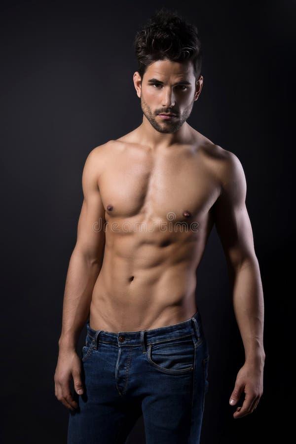 Όμορφη νέα παρουσίαση bodybuilder του κατάλληλου σώματός του στοκ φωτογραφίες με δικαίωμα ελεύθερης χρήσης
