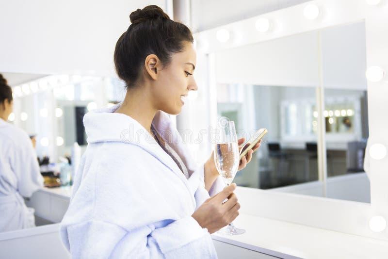 Όμορφη νέα σαμπάνια κατανάλωσης γυναικών στη SPA στοκ εικόνες με δικαίωμα ελεύθερης χρήσης