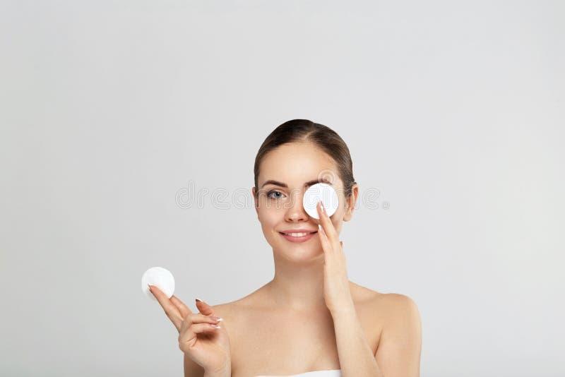 Όμορφη νέα χαμογελώντας γυναίκα με τα καθαρά μαξιλάρια βαμβακιού o Cosmetology, ομορφιά και SPA Φροντίδα δέρματος ομορφιάς famale στοκ εικόνα με δικαίωμα ελεύθερης χρήσης