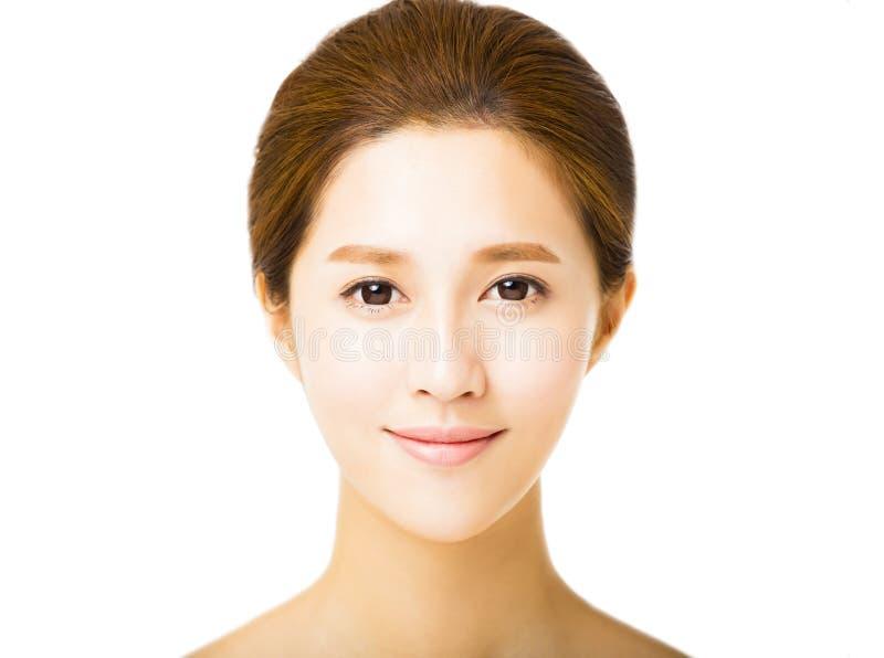 Όμορφη νέα χαμογελώντας γυναίκα με το καθαρό πρόσωπο στοκ φωτογραφία