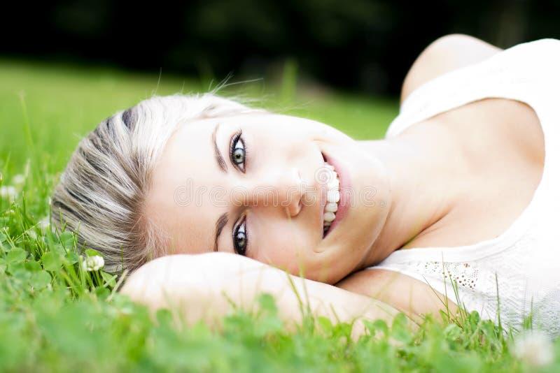 Όμορφη νέα χαλάρωση γυναικών στη φύση στοκ φωτογραφίες με δικαίωμα ελεύθερης χρήσης