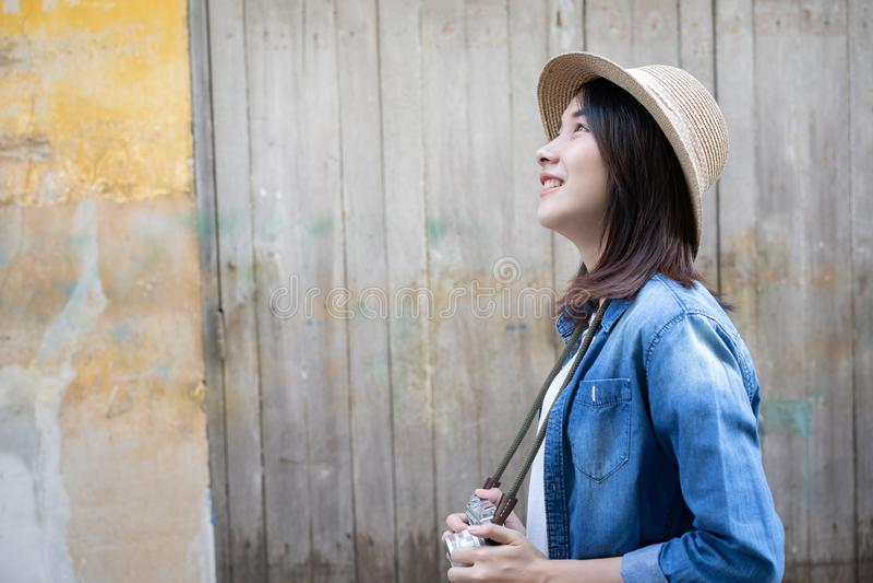 Όμορφη νεαρή Ασιάτισσα που περπατά στην παλιά πόλη της Μπανγκόκ Ταϊλάνδη Έννοια του ταξιδιού μόνος στις διακοπές στοκ εικόνα με δικαίωμα ελεύθερης χρήσης
