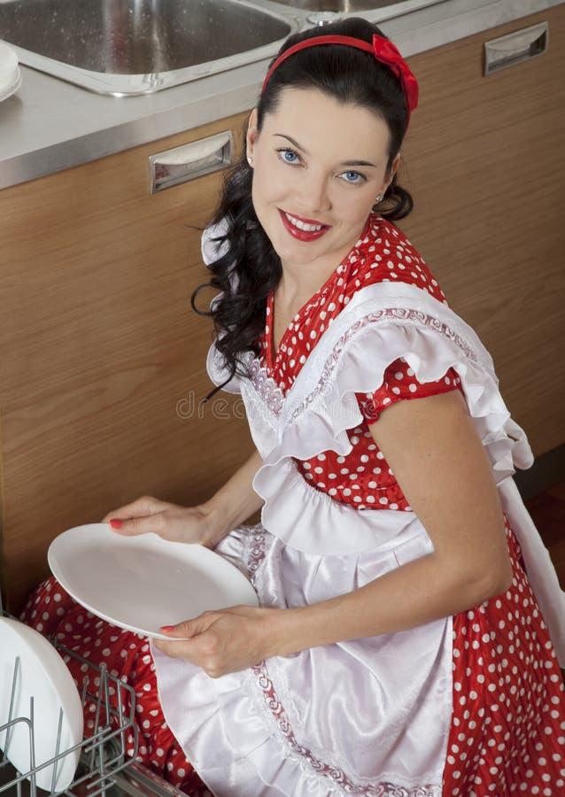Όμορφη νοικοκυρά στην κουζίνα στοκ εικόνες με δικαίωμα ελεύθερης χρήσης