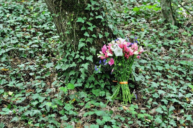 Όμορφη νυφική ανθοδέσμη των διάφορων λουλουδιών στοκ εικόνα