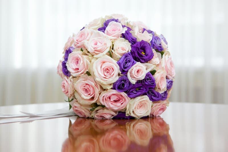 Όμορφη νυφική ανθοδέσμη στη δεξίωση γάμου στοκ εικόνες