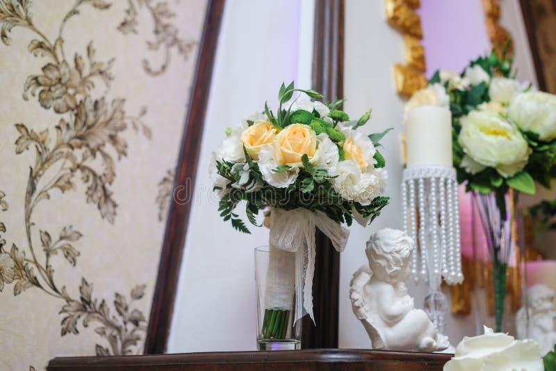 Όμορφη νυφική ανθοδέσμη των άσπρων και κίτρινων λουλουδιών στο εσωτερικό στοκ φωτογραφία με δικαίωμα ελεύθερης χρήσης