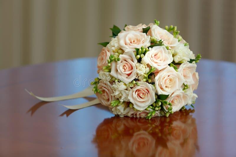 Όμορφη νυφική ανθοδέσμη των τριαντάφυλλων στη δεξίωση γάμου στοκ φωτογραφίες