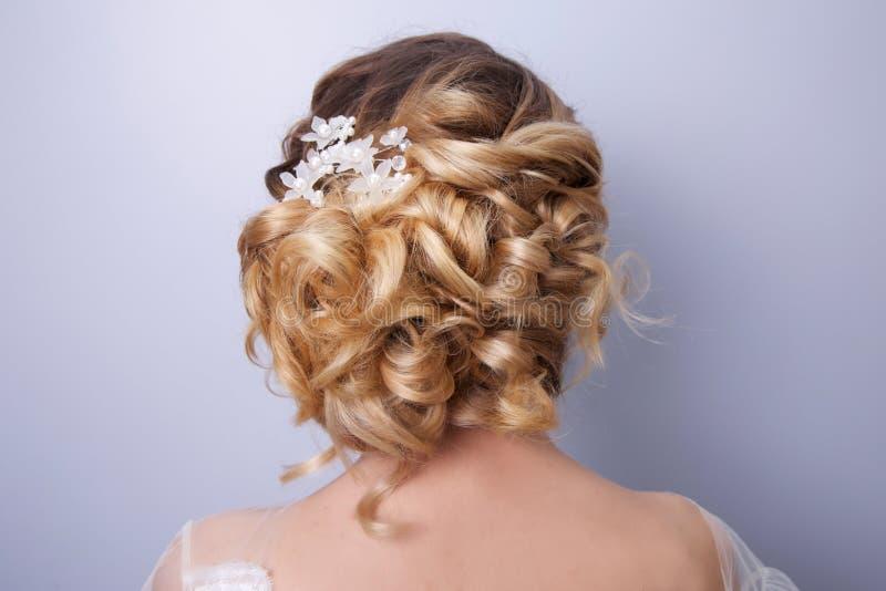 Όμορφη νύφη γυναικών με την τιάρα στο κεφάλι στοκ εικόνες