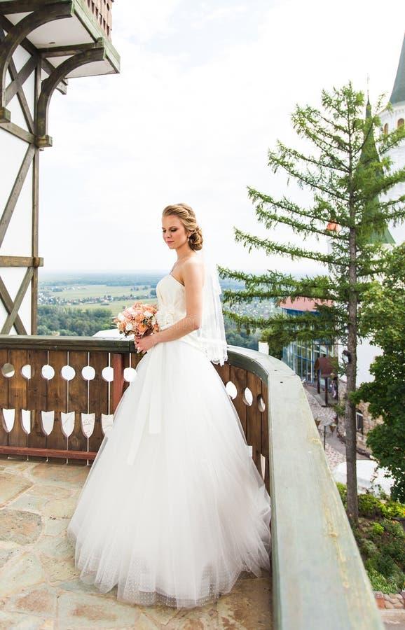 Όμορφη νύφη με τη γαμήλια ανθοδέσμη των λουλουδιών στοκ εικόνα με δικαίωμα ελεύθερης χρήσης