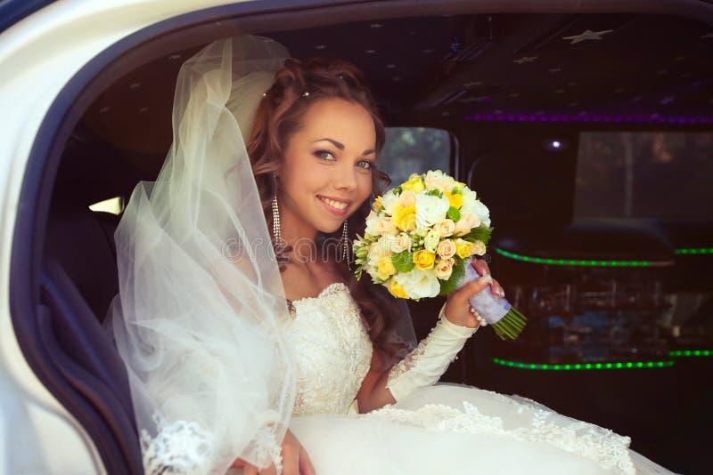 Όμορφη νύφη με τη νυφική τοποθέτηση ανθοδεσμών στοκ φωτογραφίες