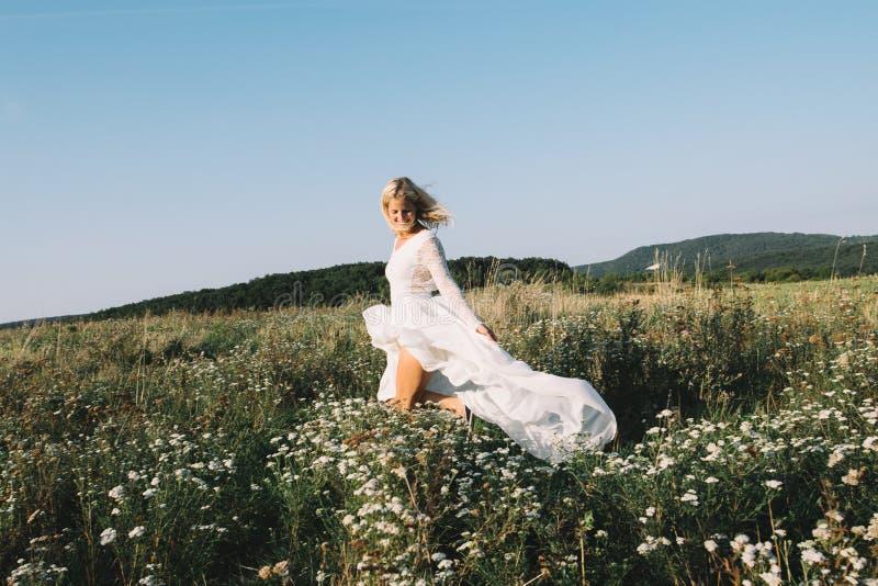 Όμορφη νύφη που περπατά υπαίθρια στοκ φωτογραφία με δικαίωμα ελεύθερης χρήσης