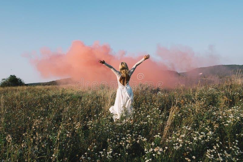 Όμορφη νύφη που περπατά υπαίθρια στοκ εικόνα με δικαίωμα ελεύθερης χρήσης