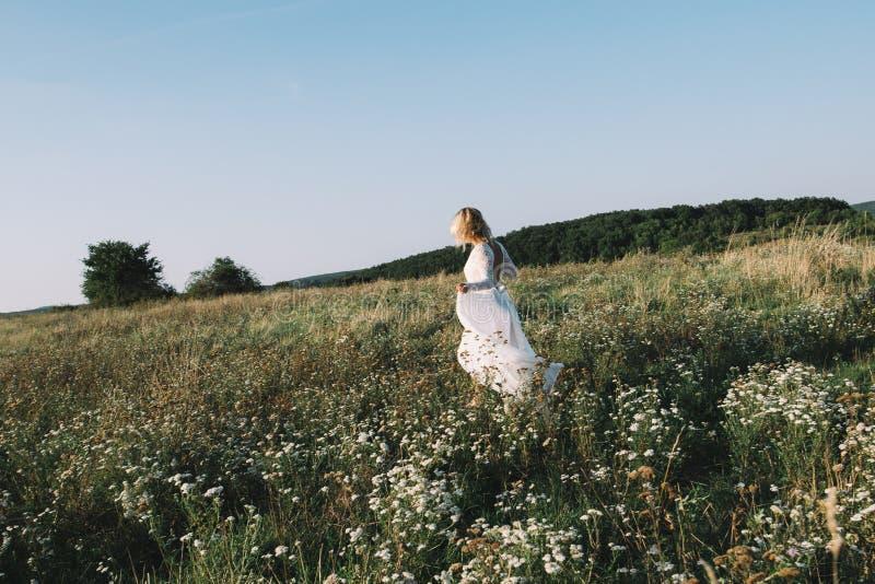 Όμορφη νύφη που περπατά υπαίθρια στοκ φωτογραφίες με δικαίωμα ελεύθερης χρήσης