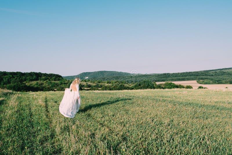 Όμορφη νύφη που περπατά υπαίθρια στοκ εικόνα
