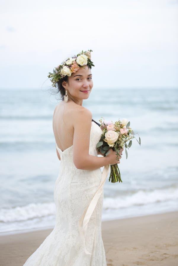 Όμορφη νύφη που υπερασπίζεται τη θάλασσα στοκ εικόνες