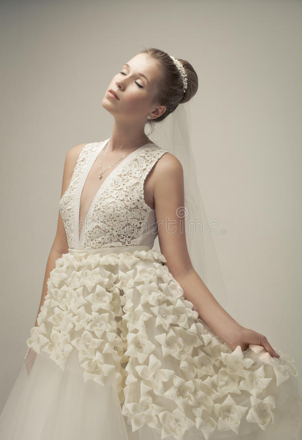 Όμορφη νύφη που φορά το πολυτελές γαμήλιο φόρεμα στοκ φωτογραφία