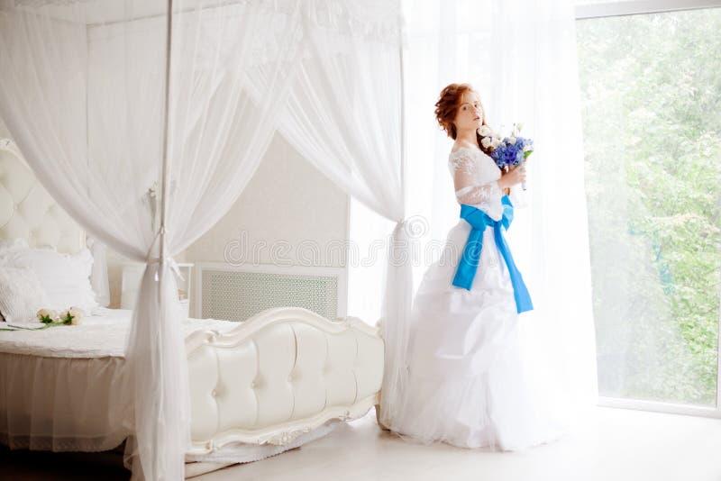 Όμορφη νύφη σε ένα μεγάλο φωτεινό δωμάτιο στοκ εικόνες με δικαίωμα ελεύθερης χρήσης
