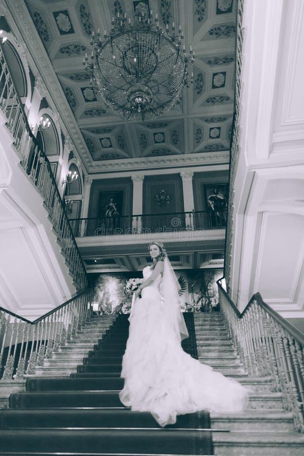 Όμορφη νύφη στα σκαλοπάτια στοκ εικόνα