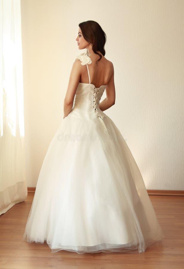 Όμορφη νύφη στο άσπρο mariage γαμήλιων φορεμάτων στοκ εικόνα