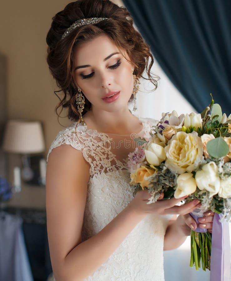 Όμορφη νύφη στο γαμήλιο φόρεμα με την ανθοδέσμη των λουλουδιών στοκ φωτογραφίες με δικαίωμα ελεύθερης χρήσης