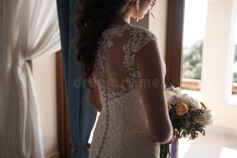 Όμορφη νύφη στο γαμήλιο φόρεμα με την ανθοδέσμη των λουλουδιών στοκ εικόνες με δικαίωμα ελεύθερης χρήσης