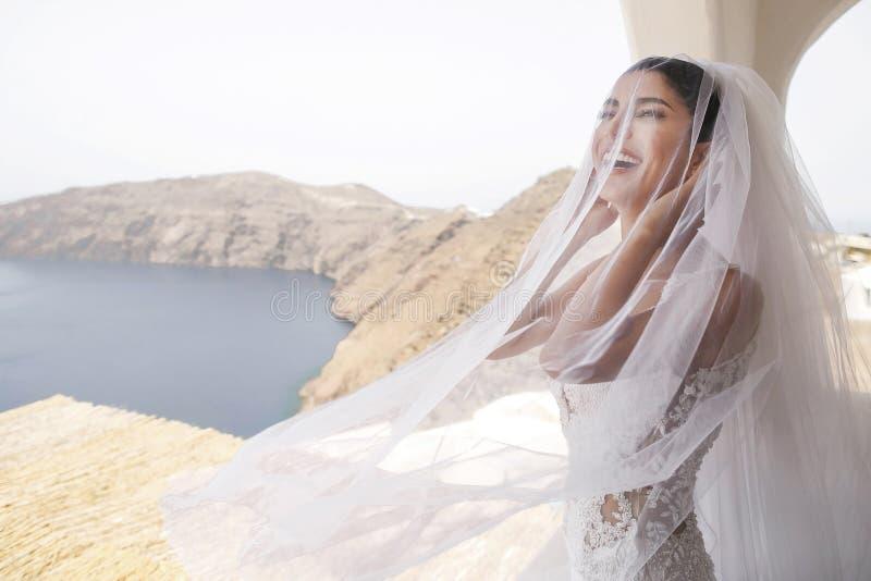 Όμορφη νύφη στο μπαλκόνι στοκ φωτογραφία