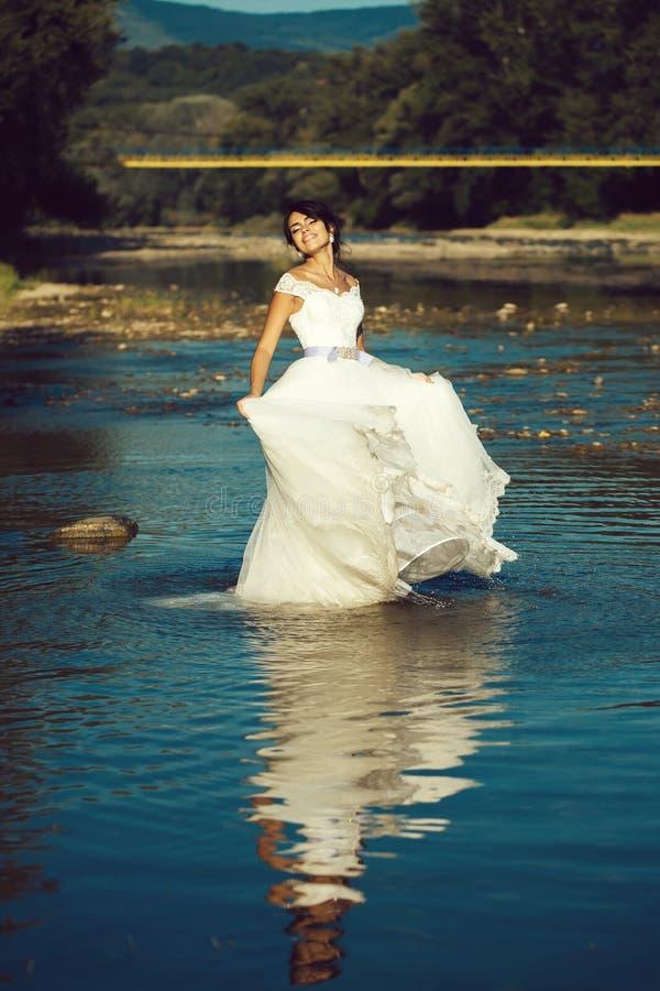 Όμορφη νύφη στο νερό στοκ φωτογραφίες