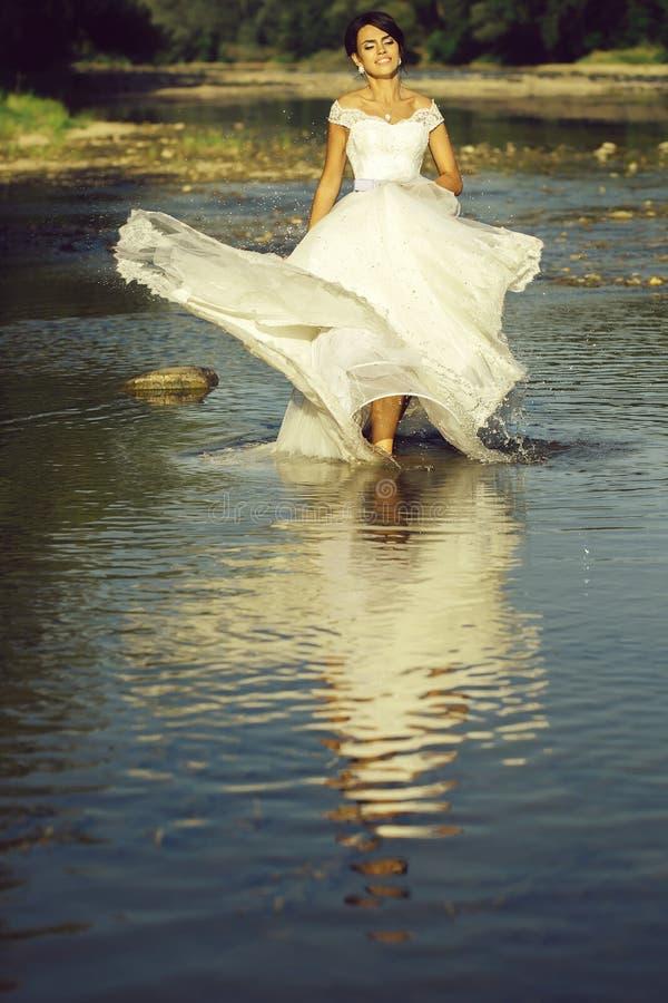 Όμορφη νύφη στο νερό στοκ φωτογραφία με δικαίωμα ελεύθερης χρήσης