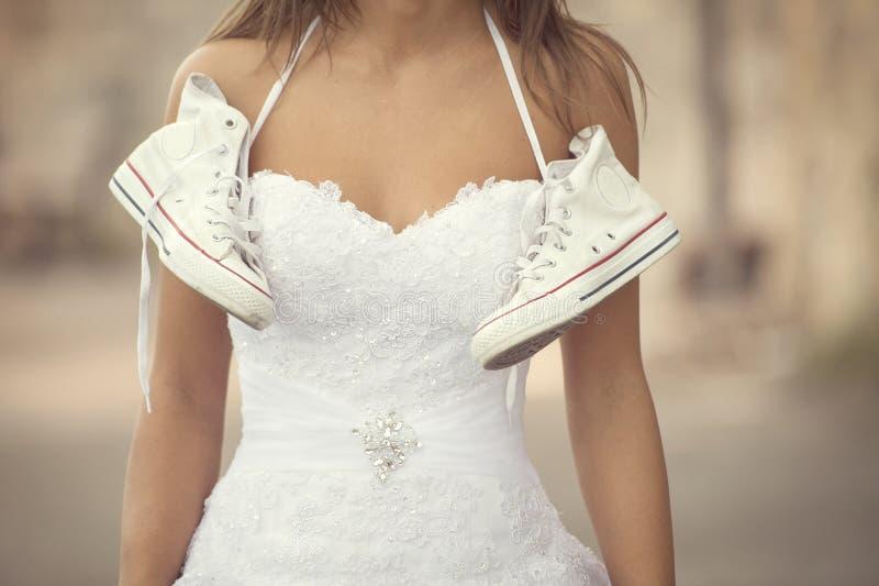 Όμορφη νύφη υπαίθρια, γαμήλια πάνινα παπούτσια στοκ εικόνες