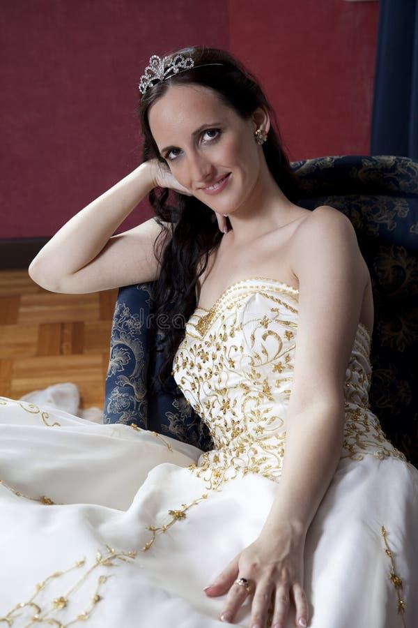Όμορφη νύφη brunette στο ξενοδοχείο στοκ φωτογραφία